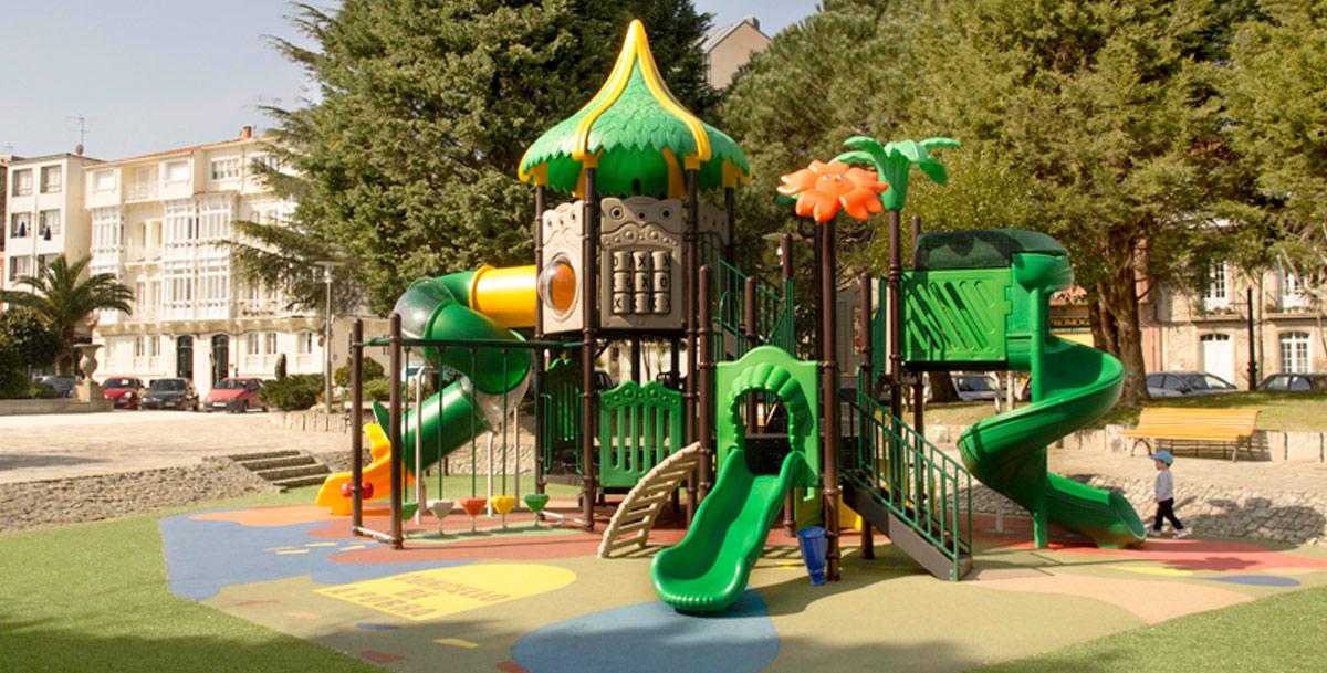 Parques infantiles de exterior oziona en los jardines de Valle Inclán en Pobra do Caramiñal