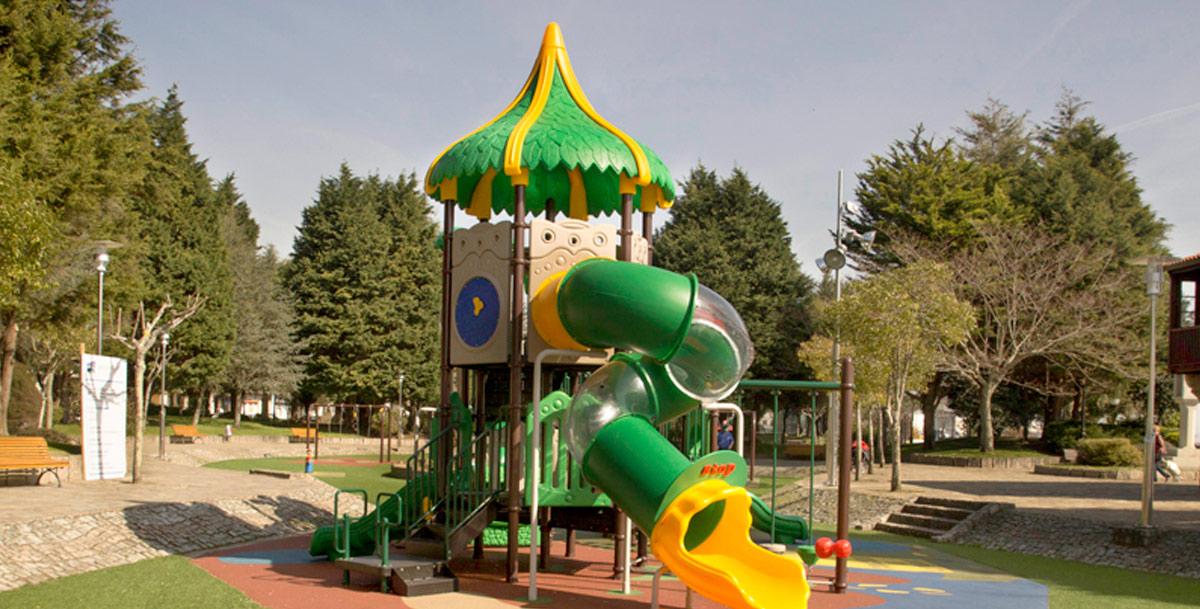 oziona parque infantil en los jardines de Valle Inclán en Pobra do Caramiñal