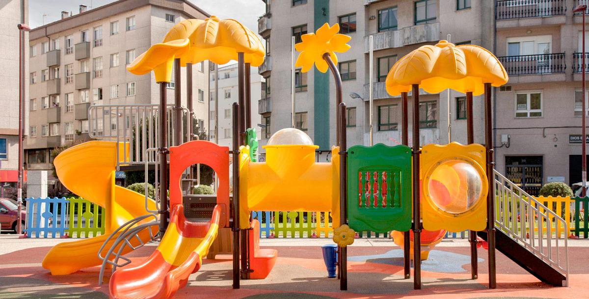 oziona parque infantil en la plaza do Centenario (Riveira)